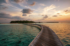 Coucher du soleil au-dessus d'une île maldivienne Images libres de droits