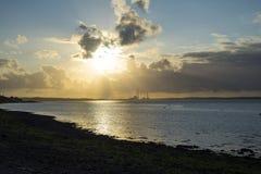 Coucher du soleil au-dessus d'une centrale  Image stock