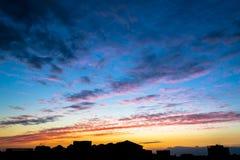 Coucher du soleil au-dessus d'une grande ville Photographie stock libre de droits