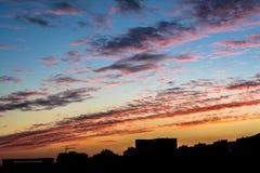 Coucher du soleil au-dessus d'une grande ville Image stock