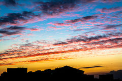 Coucher du soleil au-dessus d'une grande ville Image libre de droits