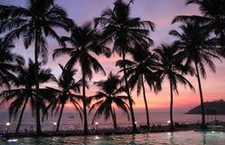 Coucher du soleil au-dessus d'une piscine près de la mer dans Goa Images stock