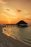 Coucher du soleil au-dessus d'une plage maldivienne Photos stock