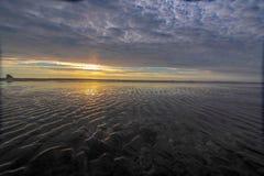 Coucher du soleil au-dessus d'une plage près de cap Meares à marée basse, Tillamook, Orégon photographie stock