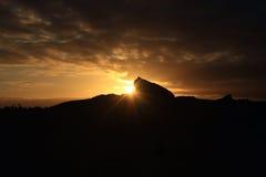 Coucher du soleil au-dessus d'une roche Image stock