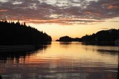 Coucher du soleil au-dessus de baie de Monastirskaya. image libre de droits