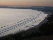 Coucher du soleil au-dessus de baie de Tremadog, Pays de Galles Photo stock