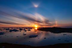 Coucher du soleil au-dessus de baie de Disko au Groenland avec l'effet de halo circulaire photographie stock