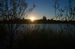 Coucher du soleil au-dessus de banque de lac Photos libres de droits