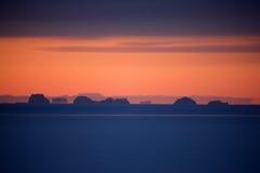 Coucher du soleil au-dessus de banquise avec des icebergs, Groenland est Images libres de droits