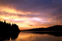 Coucher du soleil au-dessus de barrage de Dospat Photo stock