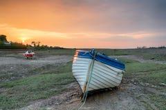 Coucher du soleil au-dessus de bateau de pêche au déversoir de Porlock Photos stock