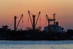 Coucher du soleil au-dessus de bateau ou de port de dock près de rivière Photo libre de droits