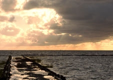 Coucher du soleil au-dessus de brise-lames près de Tonder, Danemark Images stock