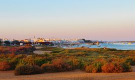 Coucher du soleil au-dessus de Cabanas de Tavira Images stock