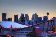 Coucher du soleil au-dessus de Calgary du centre et de Saddledome image libre de droits
