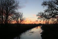 Coucher du soleil au-dessus de canal militaire royal, Kent Images stock