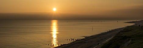 Coucher du soleil au-dessus de cap Bévésiers de la terrasse de pavillon de Delawarr Photos stock