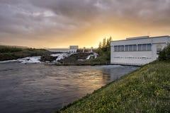 Coucher du soleil au-dessus de centrale électrique électrique hydraulique photographie stock