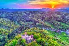 Coucher du soleil au-dessus de château de Berwartstein au Palatinat Forest Rhineland-Palatinate, Allemagne images stock