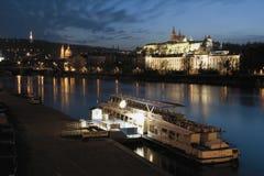 Coucher du soleil au-dessus de château de Prague Image stock