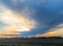 Coucher du soleil au-dessus de champ rural de ferme Photo stock