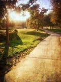 Coucher du soleil au-dessus de chemin d'enroulement Photographie stock libre de droits