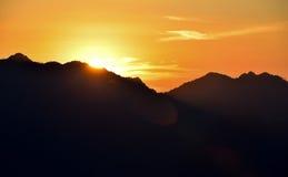Coucher du soleil au-dessus de colline Photographie stock libre de droits
