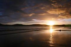Coucher du soleil au-dessus de compartiment de Ballinskelligs Images stock