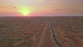 Coucher du soleil au-dessus de désert du Moyen-Orient banque de vidéos