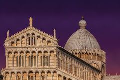 Coucher du soleil au-dessus de dei Miracoli de Piazza à Pise, Italie Photographie stock