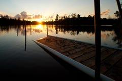 Coucher du soleil au-dessus de dock décrépit Photo stock