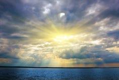 Coucher du soleil au-dessus de fleuve Photographie stock libre de droits