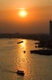 Coucher du soleil au-dessus de fleuve de Chao Praya Photo stock