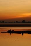 Coucher du soleil au-dessus de fleuve par Mandalay Photos libres de droits