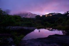 Coucher du soleil au-dessus de forêt tropicale, Sri Lanka Images stock