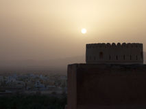 Coucher du soleil au-dessus de fort de Nakhal image libre de droits