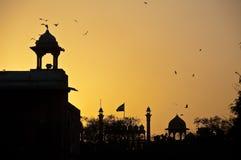 Coucher du soleil au-dessus de fort rouge de Delhi image stock