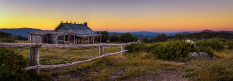 Coucher du soleil au-dessus de hutte de Craigs dans les Alpes victoriens, Australie image libre de droits
