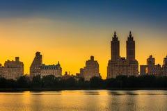 Coucher du soleil au-dessus de Jacqueline Kennedy Onassis Reservoir et des bâtiments i Photographie stock libre de droits