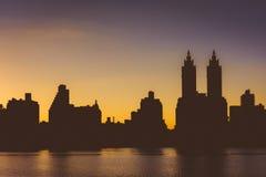 Coucher du soleil au-dessus de Jacqueline Kennedy Onassis Reservoir et des bâtiments i Photo stock