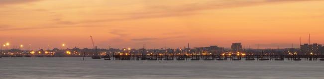 Coucher du soleil au-dessus de jetée de port de Poole photos stock