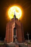 Coucher du soleil au-dessus de l'église Photographie stock libre de droits
