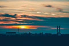 Coucher du soleil au-dessus de l'église de village Photographie stock