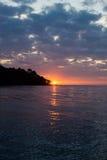 Coucher du soleil au-dessus de l'eau à une île tropicale Photo libre de droits