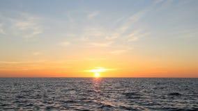 Coucher du soleil au-dessus de l'eau banque de vidéos
