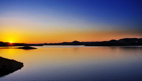 Coucher du soleil au-dessus de l'eau Photographie stock