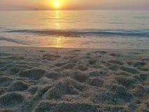 Coucher du soleil au-dessus de l'eau Images stock