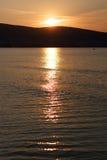 Coucher du soleil au-dessus de l'eau Image stock
