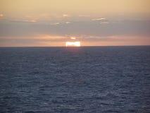 Coucher du soleil au-dessus de l'eau d'océan photo stock